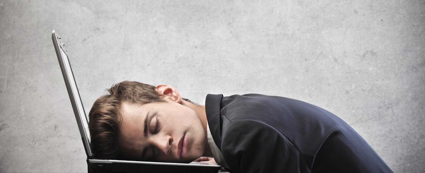 Dormir com a TV ou computador ligado pode gerar depressão