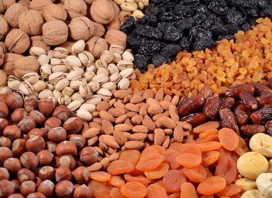 Conheça os alimentos que pioram e os que melhoram os sintomas da TPM
