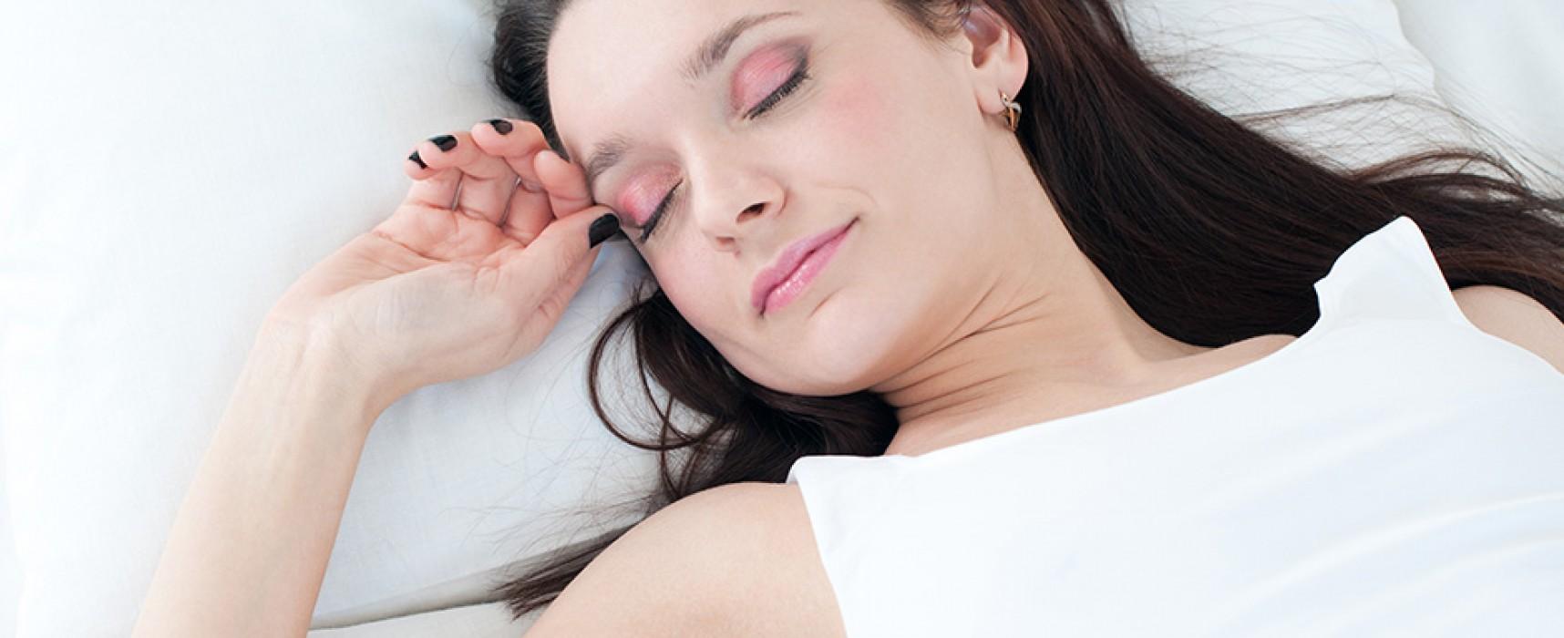 Dormir com maquiagem acelera envelhecimento da pele